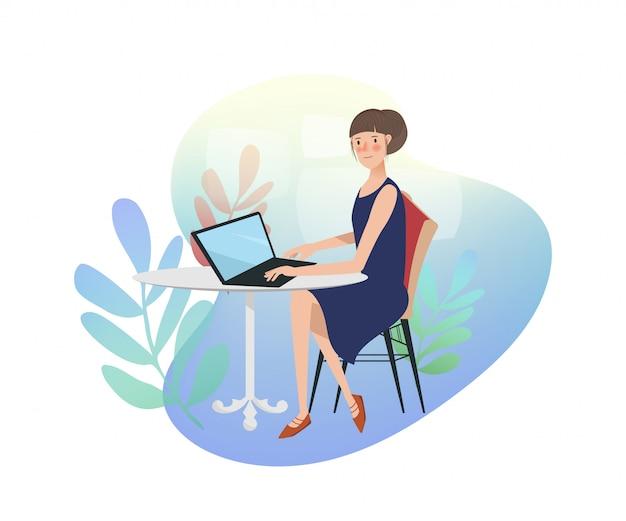 Mujer asiática joven que trabaja en la computadora portátil.