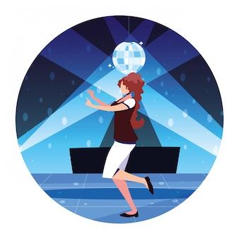 Mujer bailando en discoteca, fiesta, club de baile, música y vida nocturna.