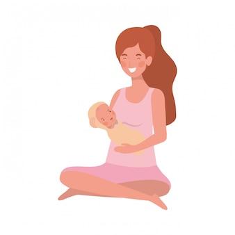 Mujer con un bebé recién nacido en sus brazos