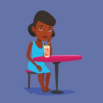 Mujer bebiendo cócteles en el bar.
