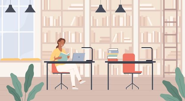 Mujer en biblioteca. señora joven con el libro en el interior de la sala de lectura de la biblioteca pública con el concepto de vector de educación portátil, estanterías y escritorios. ratón de biblioteca femenino aprendiendo o estudiando para la universidad