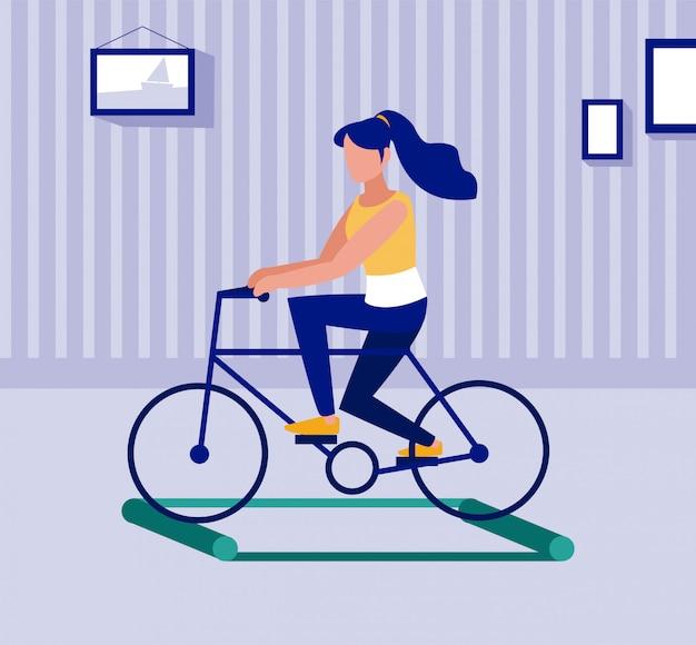 Mujer en bicicleta sobre rodillos de entrenamiento, distanciamiento social