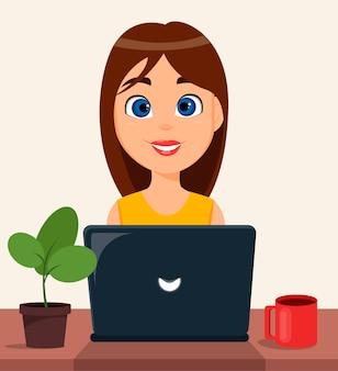 Mujer bonita que trabaja en la computadora portátil en su escritorio de oficina