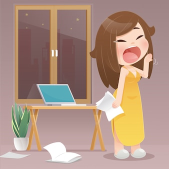 Mujer bostezando porque trabajan de noche en casa