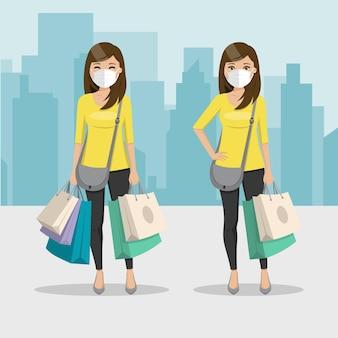 Mujer de cabello castaño y liso con bolsas de compras y máscara en dos posiciones diferentes