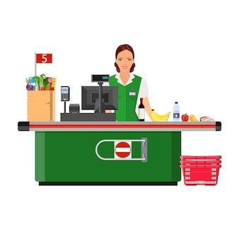Mujer cajera sonríe comprador cerca de la caja registradora