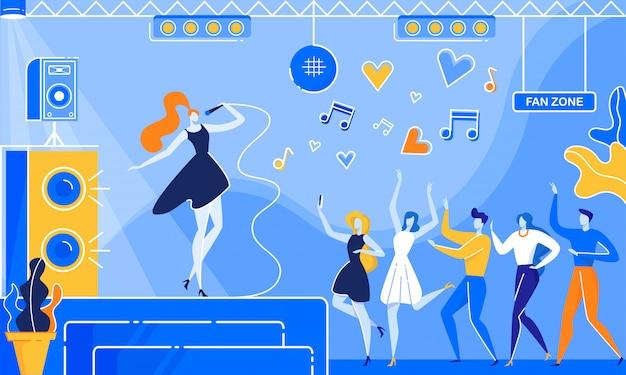 Mujer canta la canción en el escenario del club nocturno la gente baila