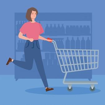 Mujer con carrito de compras corriendo