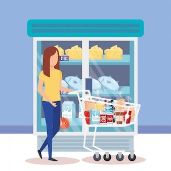 Mujer con carrito de compras y productos