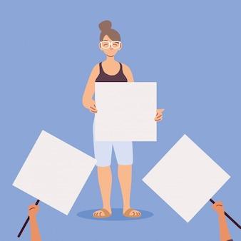 Mujer con un cartel en blanco blanco, símbolo de protesta