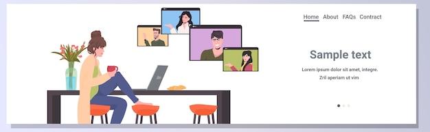 Mujer charlando con colegas de raza mixta en las ventanas del navegador web durante la videollamada reunión de conferencia en línea trabajo remoto concepto de autoaislamiento espacio de copia horizontal