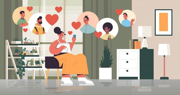 Mujer chateando con hombres en la aplicación de citas en línea reunión virtual comunicación social relación encontrar amor concepto sala interior horizontal ilustración de cuerpo entero