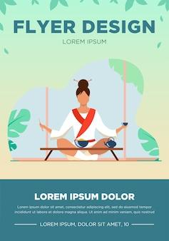 Mujer china sentada en una mesa pequeña y comiendo. té, arroz, palillos planos ilustración vectorial. concepto de tradición y nación para banner, diseño de sitio web o página de destino