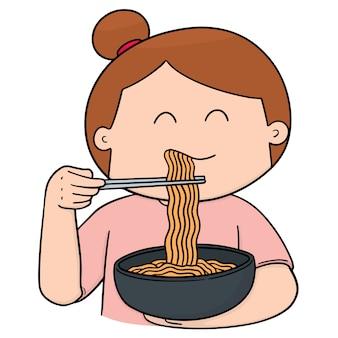 Mujer come fideos