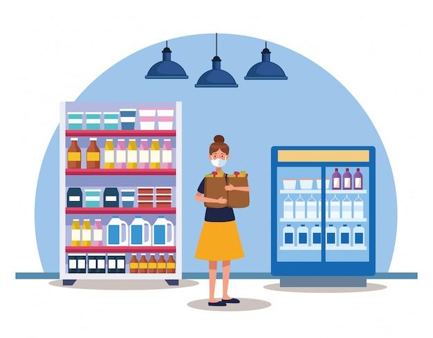Mujer de compras en el supermercado con mascarilla