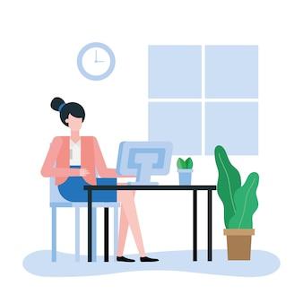Mujer con computadora en el escritorio en el diseño de la oficina, mano de obra de objetos de negocio y tema corporativo
