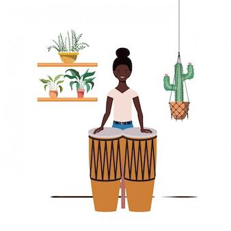 Mujer con congas y plantas de interior en perchas de macramé