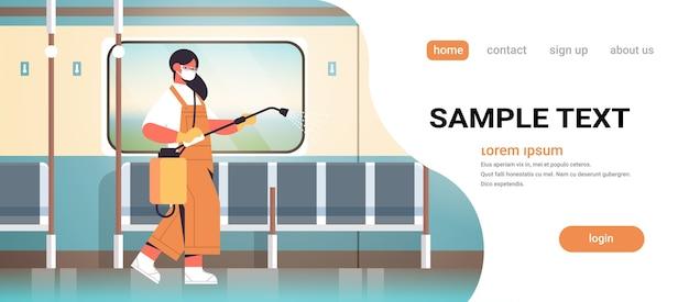Mujer conserje con máscara rociando con desinfectantes en el tren subterráneo limpiador desinfectando las células del coronavirus para evitar la pandemia covid-19 concepto de servicio de limpieza espacio de copia ilustración vectorial