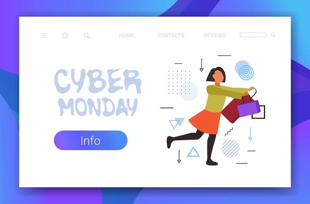 Mujer corriendo con bolsas de compras cyber monday gran venta