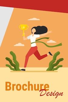 Mujer corriente ganando carreras. líder de maratón sosteniendo la taza, cruzando la línea con la ilustración de vector plano de cinta roja. concurso, premio, concepto de trofeo