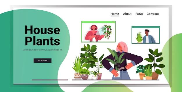Mujer cuidando de ama de casa de plantas de interior discutiendo con amigos de raza mixta en las ventanas del navegador web durante la videollamada vertical copia espacio horizontal