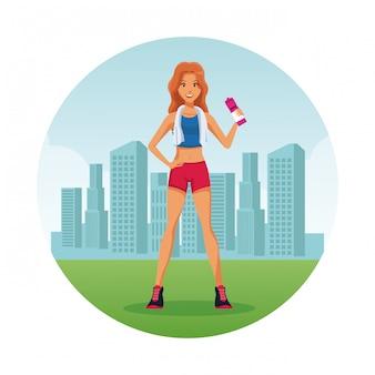 Mujer de gimnasio en ciudad icono de dibujos animados redondos