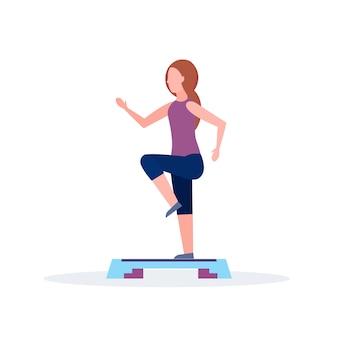 Mujer deportiva haciendo sentadillas en la plataforma de paso chica entrenamiento en gimnasio aeróbico piernas entrenamiento estilo de vida saludable concepto fondo blanco plano