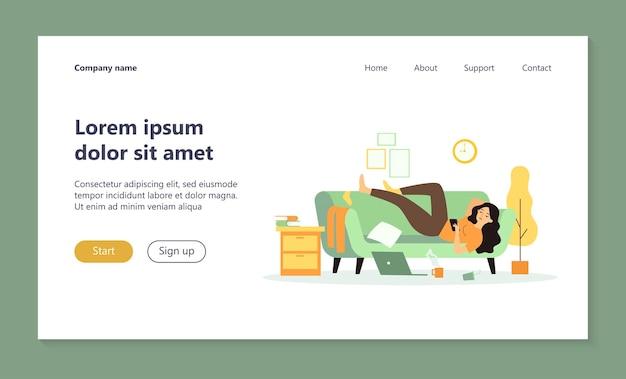 Mujer deprimida acostada en el sofá en la página de inicio de la habitación desordenada