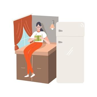 Mujer de dibujos animados en casa está leyendo un libro en la cocina.
