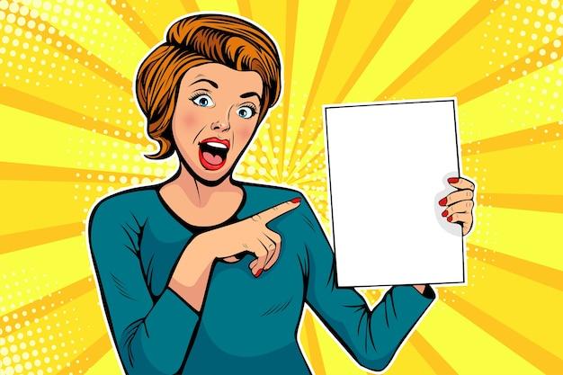 Mujer de dibujos animados de pop art apunta a una plantilla en blanco