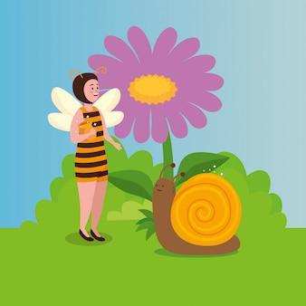 Mujer disfrazada de abeja con caracol en escena de cuento de hadas