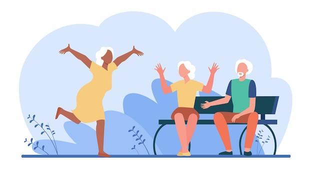 Mujer de edad corriendo a sus amigos para saludar.