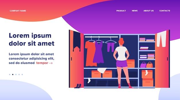 Mujer eligiendo vestido de la ilustración de vector plano de armario. señorita de pie cerca de armario abierto. pila de ropa tendida en estantes. estilo de dibujos animados. concepto de organización y arreglo