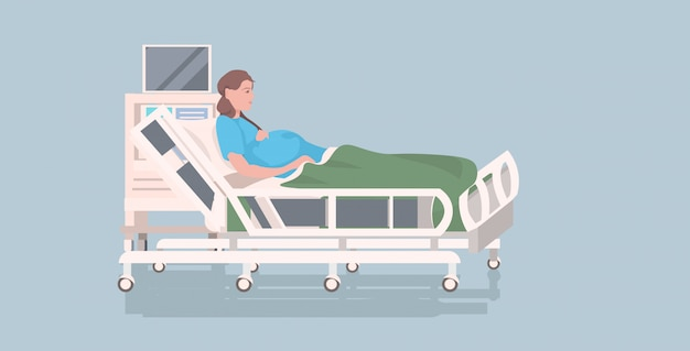 Mujer embarazada acostada en la cama de hospital antes del parto concepto de embarazo de maternidad integral