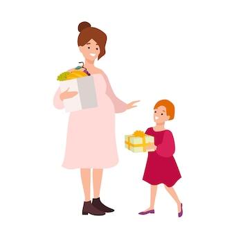 Mujer embarazada con bolsa de compras con frutas y niña con caja de regalo. madre e hija sosteniendo sus compras