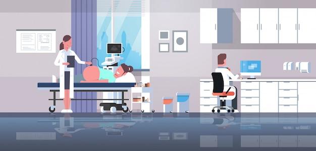Mujer embarazada visitando médico haciendo ultrasonido feto