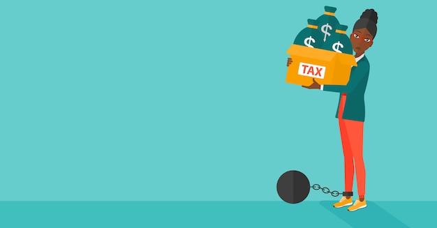 Mujer encadenada con bolsas llenas de impuestos.