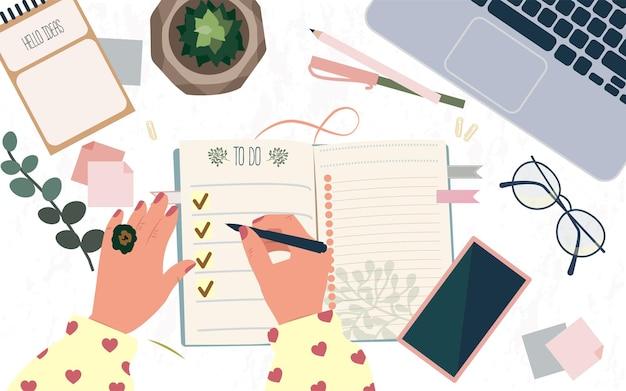 Mujer escribiendo metas en el bloc de notas o haciendo