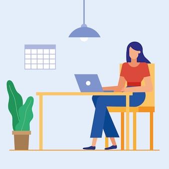 Mujer en el escritorio con el portátil en el diseño de la oficina, la fuerza laboral de objetos de negocio y el tema corporativo