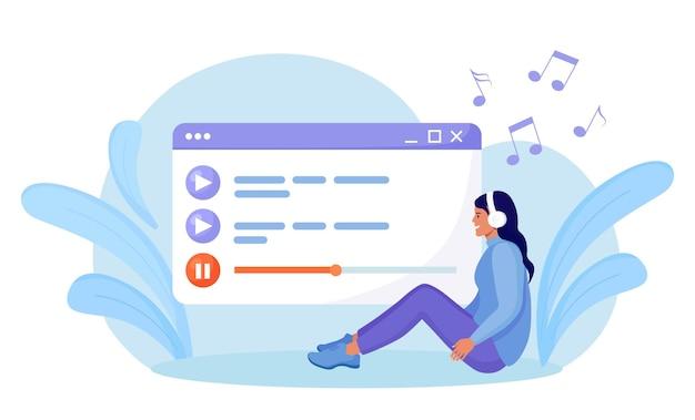 Mujer escuchando música, sonido, audio o radio con auriculares. entretenimiento, tecnología digital. reproductor multimedia. lista de reproducción de música. chica sentada, eligiendo podcasts, disfrutando de la lista de reproducción. podcasting en línea