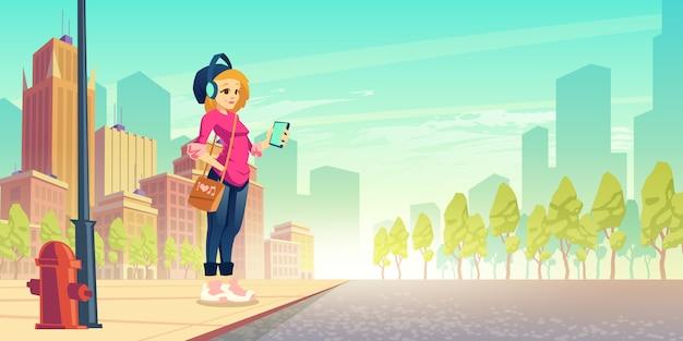 Mujer escuchar musica en la calle. la muchacha urbana joven feliz en auriculares inalámbricos con el smartphone a disposición se coloca en el borde de la carretera que se divierte. paseo al aire libre, ocio, paseo habitante de la ciudad. ilustración vectorial de dibujos animados