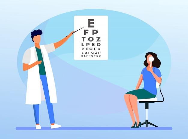 Mujer examinando los ojos con la ayuda del oftalmólogo