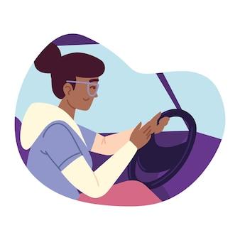 Mujer feliz conduciendo coche