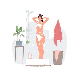 Mujer feliz lavando cabello y cuerpo en casa