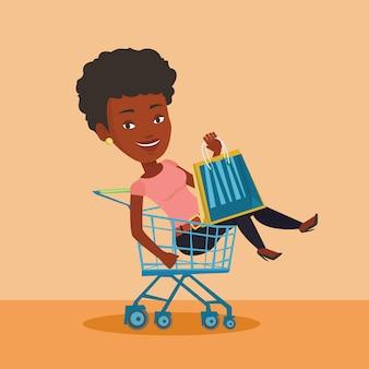 Mujer feliz montando en carrito de la compra.