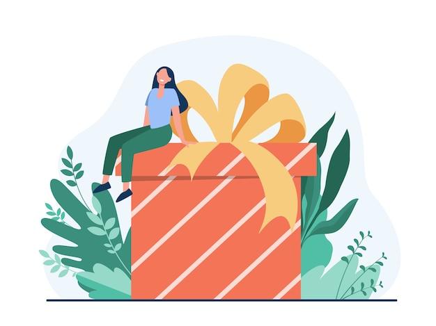 Mujer feliz recibiendo regalo. pequeño personaje de dibujos animados sentado en una enorme caja presente con ilustración de vector plano de arco. cumpleaños, sorpresa, navidad