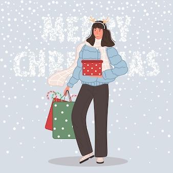 Mujer feliz con regalos de navidad mujer vistiendo gorro de papá noel sobre fondo de nieve