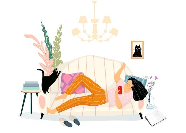 Mujer feliz relajándose en casa tendido en el sofá con el teléfono inteligente charlando o enviando mensajes de texto en línea. hogar acogedor diseño de interiores, rutina diaria de linda chica, mensajería de redes sociales.