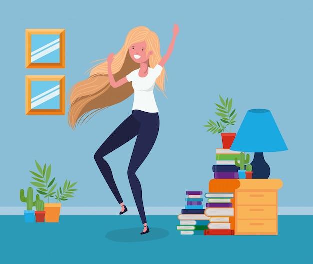 Mujer feliz en la sala de estudio