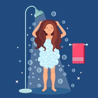 Mujer feliz tomando ducha en el baño.
